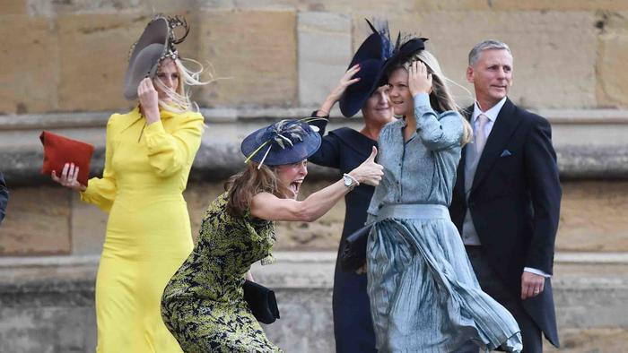 Una invitada reacciona a su llegada a la boda de la princesa Eugenia y Jack Brooksbank