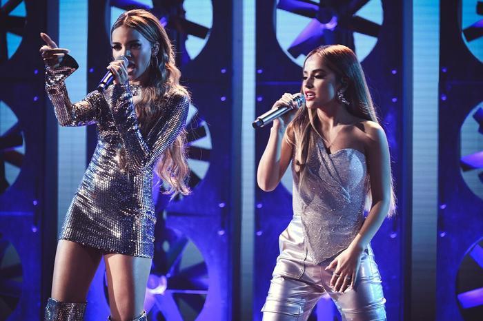 Becky G y Leslie Grace cantan juntas en los Latin AMAs