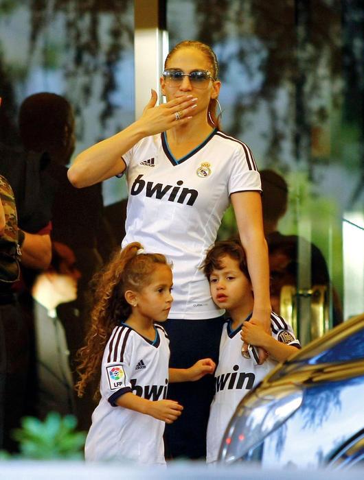 Jennifer Lopez junto a sus gemelos, Emme y Max, saliendo del hotel en Madrid.