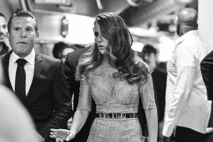 Kate del Castillo y Julio César Chávez backstage Latin AMAs
