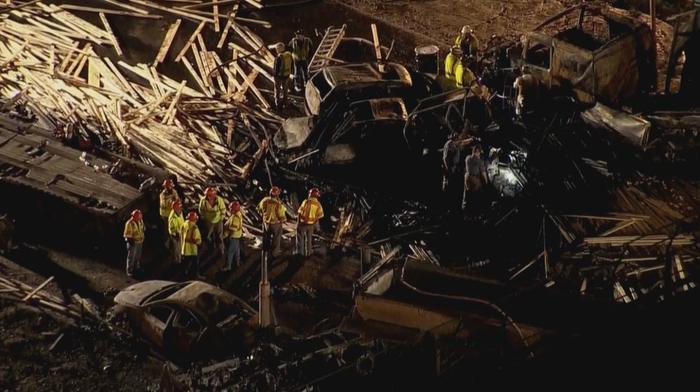 Según la policía parece que el camión que se estrelló transportaba madera.