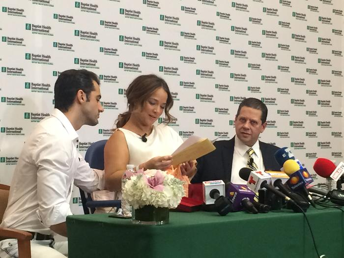 Adamari López recibe regalos en conferencia de prensa