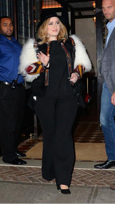 Adele con abrigo blanco y sombrero