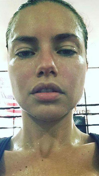 Adriana Lima sudada y sin maquillaje