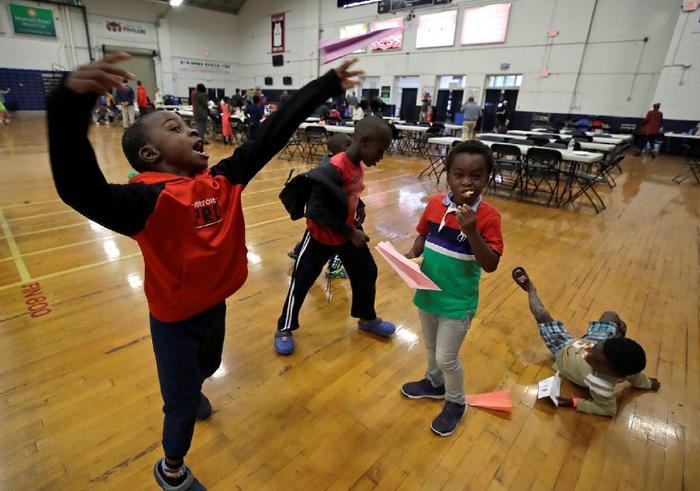 En esta foto del 13 de junio de 2019, niños migrantes juegan dentro del Portland Exposition Building en Portland, Maine.