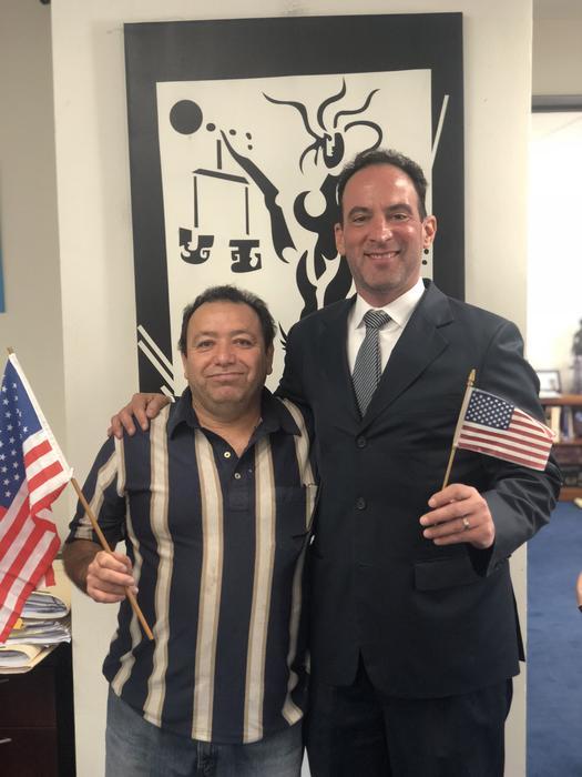 El abogado en migración Alan Diamante con Martín Sánchez el día que recibió su tarjeta de residencia.