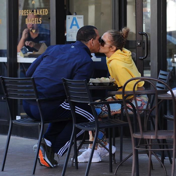 Alex Rodriguez y Jennifer Lopez besándose
