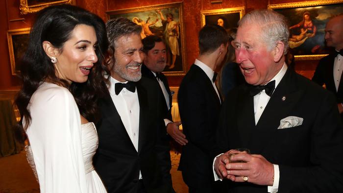 Amal y George Clooney con el príncipe Charles