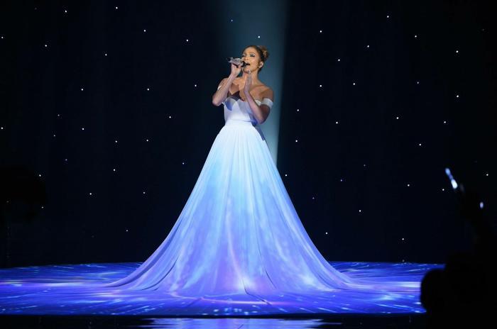 Jennifer Lopez cantando en American Idol