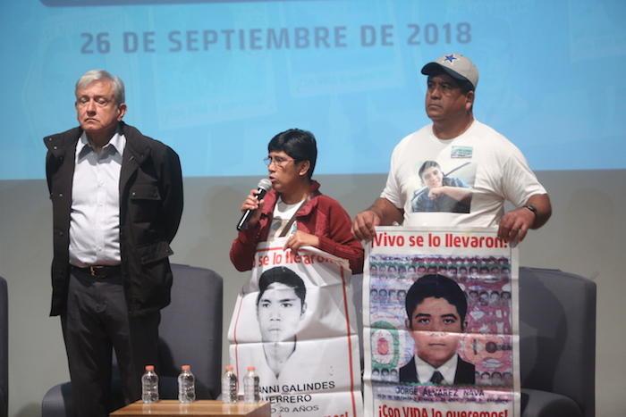María Elena y Epifanio Álvarez, padres de los 43, durante mensaje con AMLO.
