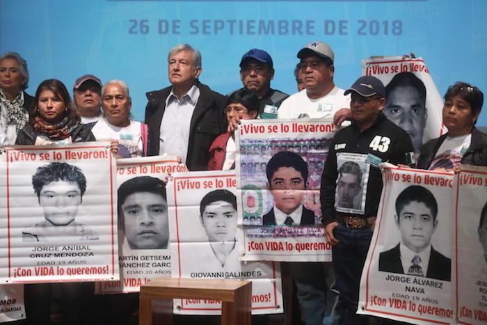 Al finalizar el mensaje, los Padres de los 43 se agruparon con López Obrador.