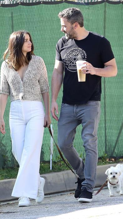 Ana de Armas y Ben Affleck caminando con su perro