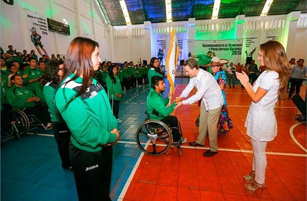 Anahí y Manuel Velasco en envento de niños con discapacidades