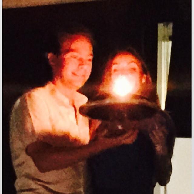 Anahí y Manuel Velasco soplando el pastel