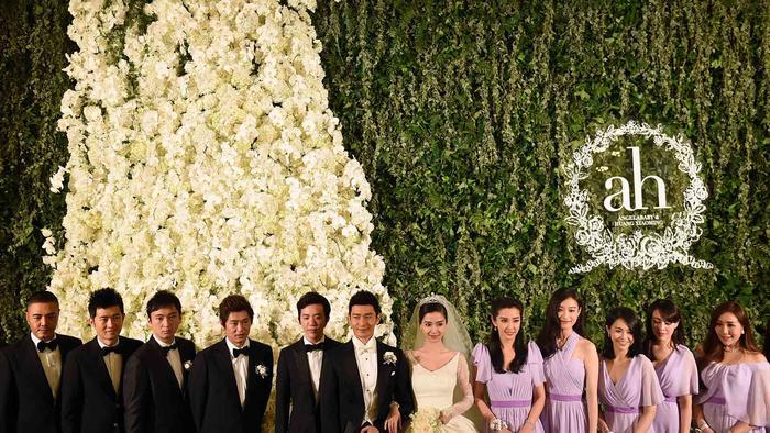 Angelababy y Huang Xiaoming con los invitados a la boda