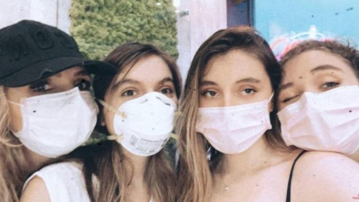 Angélica Rivera con sus hijas con cubrebocas