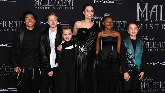 Angelina Jolie con sus hijos en la premiere de Maleficient