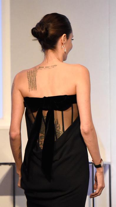 Espalda de Angelina Jolie en 2015.