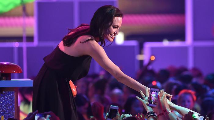 Angelina Jolie aceptando su premio.