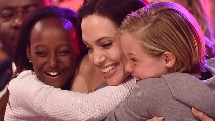 Angelina Jolie abrazó a sus hijas Zahara Marley Jolie-Pitt y Shiloh Nouvel Jolie-Pitt.