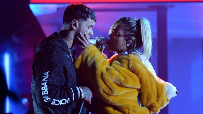 Anuel AA y Karol G acariciándose en los ensayos de Premios Billboard