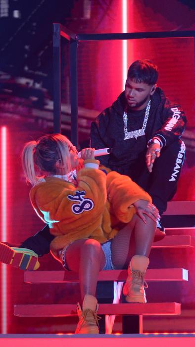 Anuel AA y Karol G sentados en los ensayos de Premios Billboard