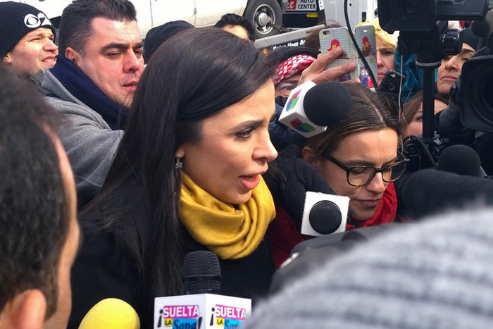 Emma Coronel habla con reporteros después de asistir a la corte federal de Brooklyn en febrero de 2017.