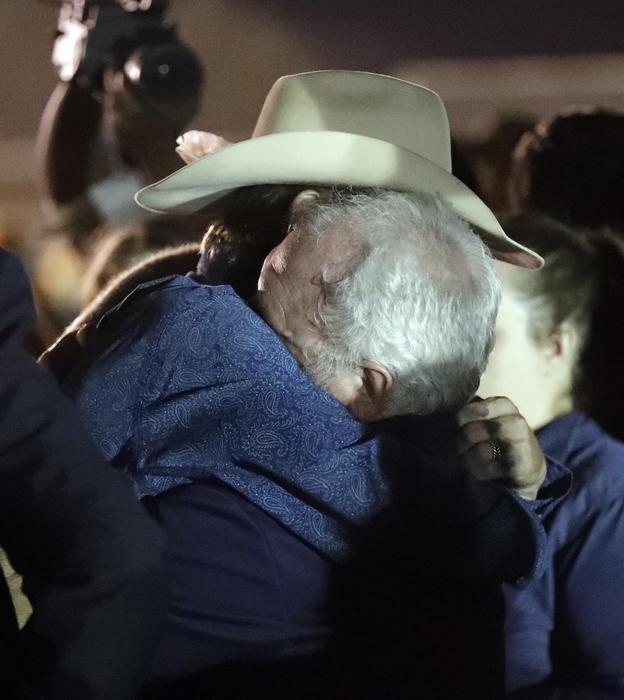 Willeford (derecha) abraza a Langendorff durante la vigilia del lunes en Sutherland Springs.