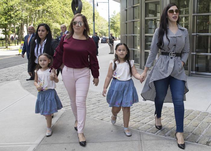Emma Coronel, derecha, con sus hijas mellizas María Joaquina y Emaly Guadalupe.