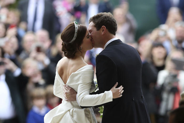 Los recién casados sellaron su amor con un beso frente a 1.200 invitados.