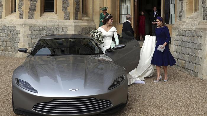 La princesa Eugenia de York y su esposo Jack Brooksbank, son observados por la princesa Beatriz cuando abandonan el castillo de Windsor, cerca de Londres, Inglaterra.