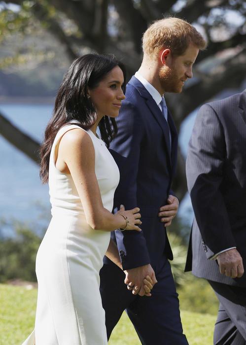 El príncipe Harry y la duquesa de Sussex caminan hacia la Admiralty House en Sydney (Australia).