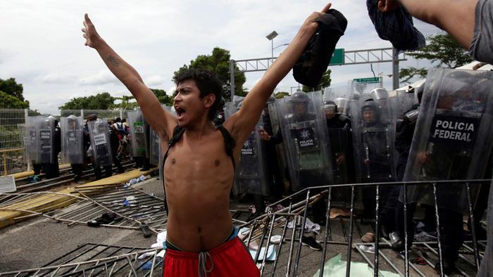 Joven celebra su entrada a México.