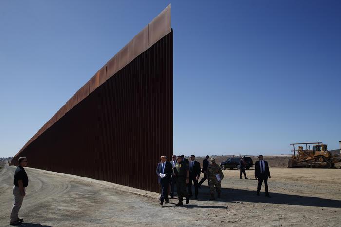 Imagen de archivo del muro fronterizo en California.