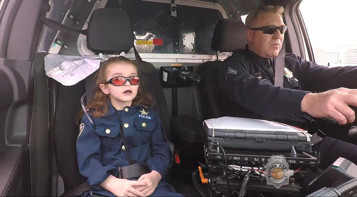 Olivia Gant, de 6 años, viaja en una patrulla del departamento de policía de Denver