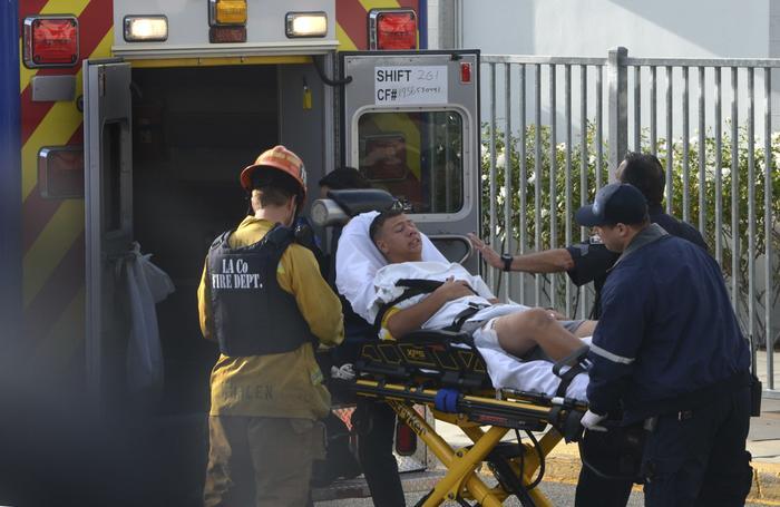 Víctima del tiroteo en la escuela secundaria Saugus es auxiliada por paramédicos