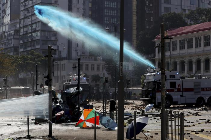 Un cañón de agua dispara contra manifestantes en Hong Kong