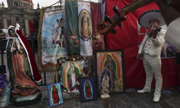 Mariachi le canta a la Virgen de Guadalupe