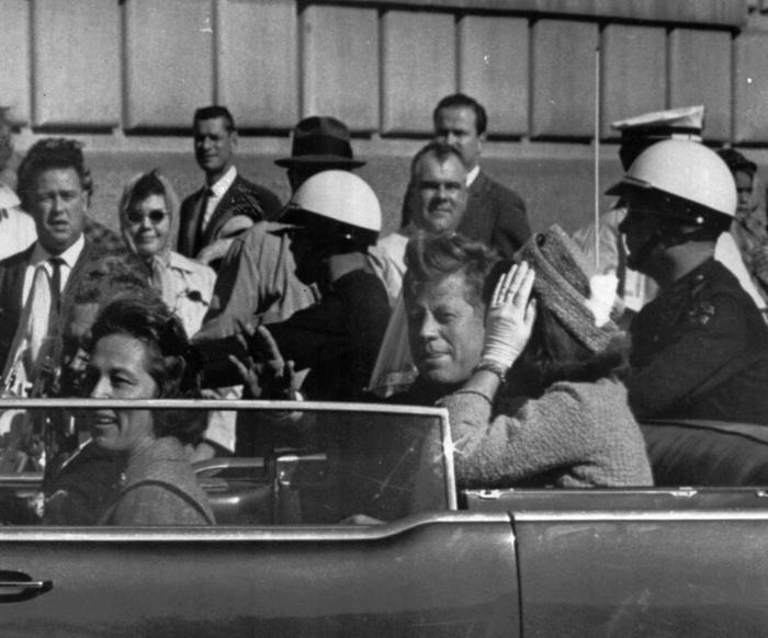 John F. Kennedy, momentos antes de su asesinato en Dallas.