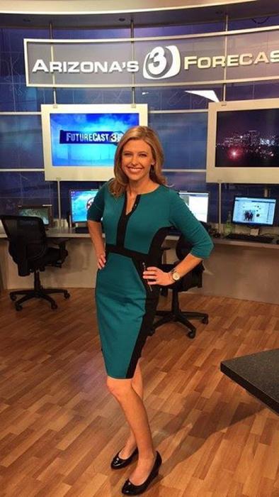 April Warnecke con un vestido color verde