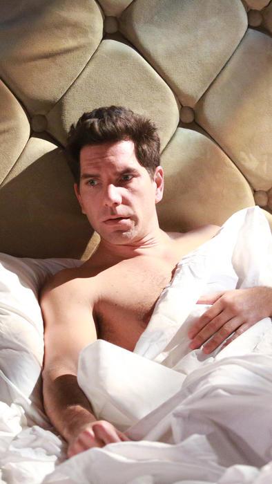 Arap Bethke acostado en la cama sin camisa en Eva la Trailera