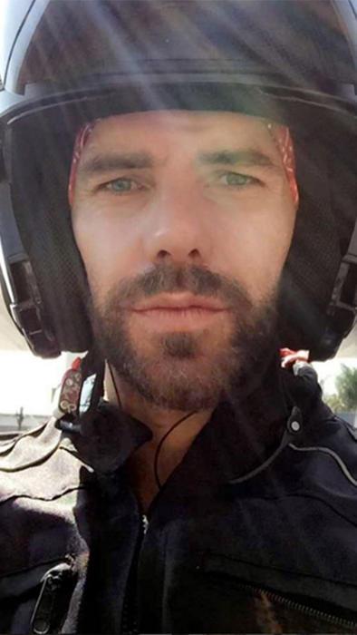 Arap Bethke con casco en instagram