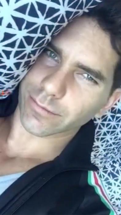 Arap Bethke acostado en la cama en instagram