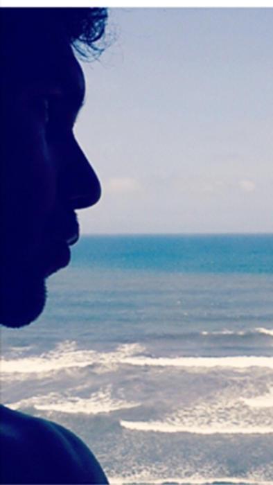 Arap Bethke viendo el mar en instagram