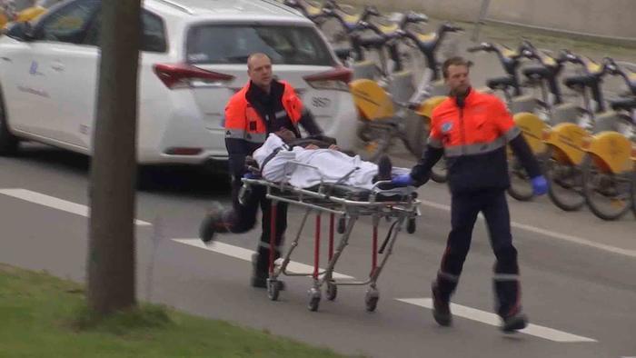 servicios médicos atienden a las víctimas del ataque.