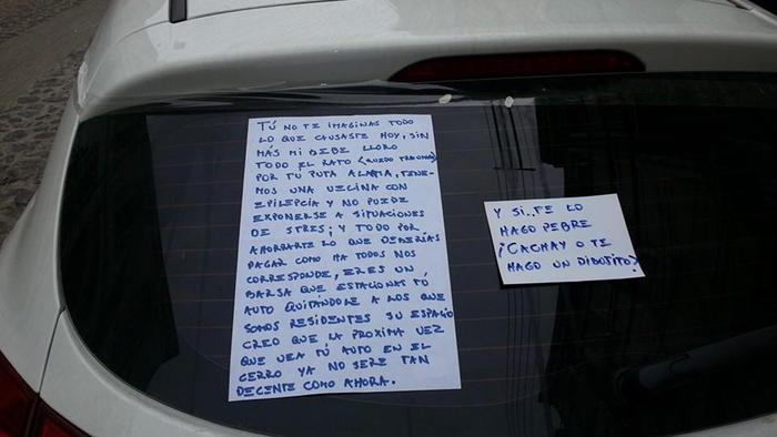 auto con letreros en la ventana