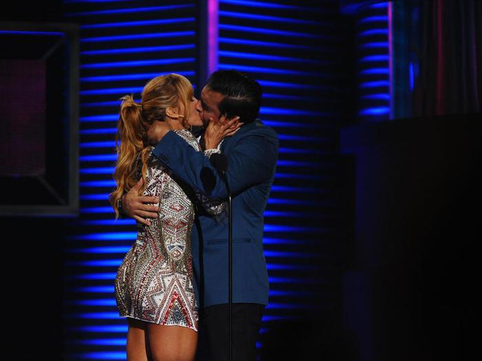 Aylin Mujica y Daniel Sarcos Beso en Premios Tu Mundo