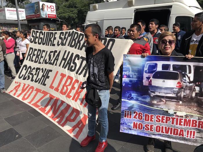 Afuera del Museo de Memoria y Tolerancia, normalistas exigieron justicia.