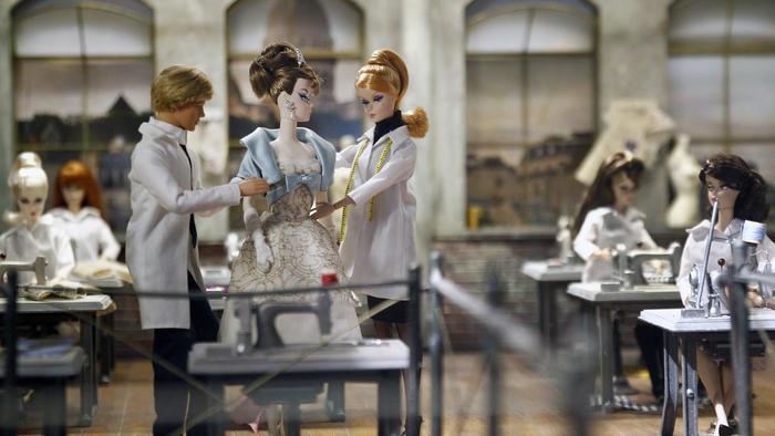 Exhibición de muñecas Barbie en el Museo de las Artes Decorativas en París.