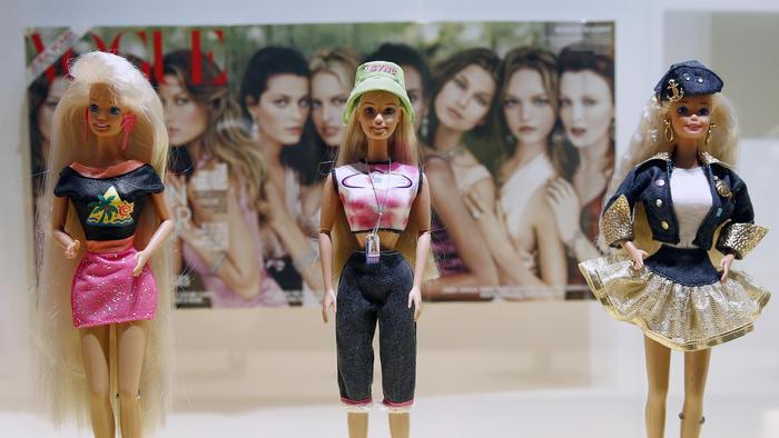 Muñecas en la exhibición de Barbie en el Museo de las Artes Decorativas en París.
